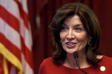 纽约州长性骚扰11女性辞职想和女秘书玩脱衣扑克到底把自己玩脱了